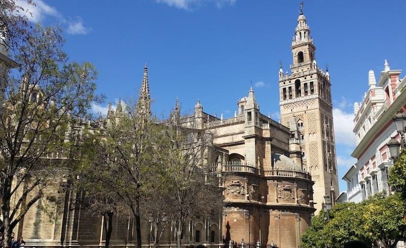 Vista de la giralda en la Catedral de Sevilla