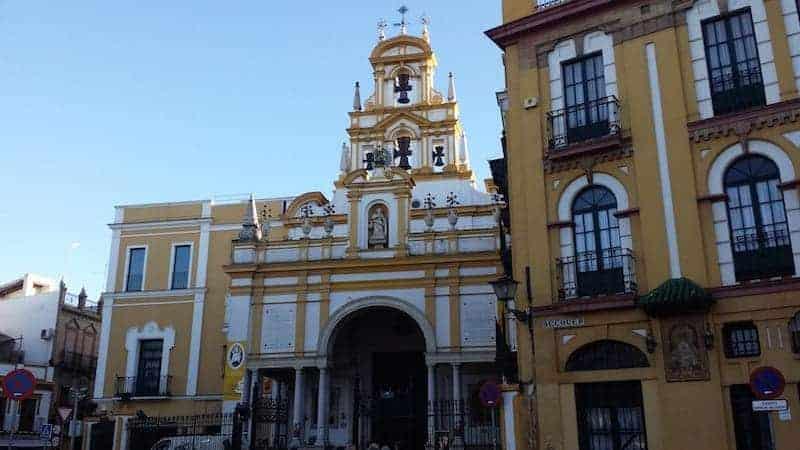 Fachada de la basílica de la Virgen de la Macarena
