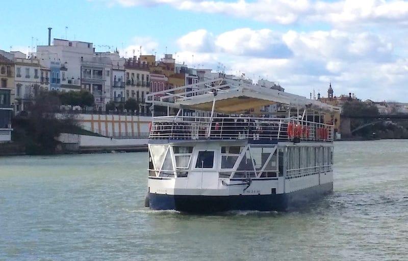 Crucero navegando por el rio Guadalquivir