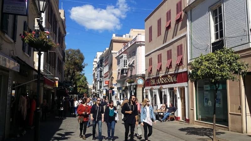 Turistas de compras por gibraltar